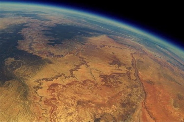 宇宙に打ち上げた小型カメラの2年後…映っていたのは感動的な映像だった(動画あり)
