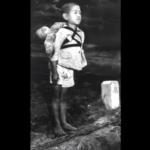 焼き場で立つ少年が背中に背負っていたのは…戦争の悲惨さを改めて感じさせるものだった…