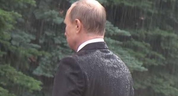 プーチン大統領が戦死者の式典でびしょ濡れになった理由…傘をささなかった理由がカッコよすぎると話題に…
