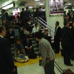 人身事故で電車が止まってしまった…その時にサラリーマンが駅員にかけた一言に賞賛の嵐…