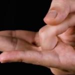 手をこの形にすると起こる効果…手に隠された謎が解明される…