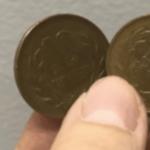 10円玉2枚で切れ目がない袋をスパッと切る方法…ハサミがない時に便利だと話題に…
