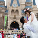 ディズニーランドは仮装禁止なのか?結婚式の写真に仮装の人が写り込み大炎上…