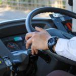 バス運転手同士の挙手挨拶が危険運転だとクレーム…会社は挙手挨拶禁止を発令したが…