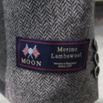 コートの袖などについているメーカーのタグ…デザインなのか?外すべきなのか?その悩みを一発解決…