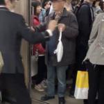 高齢者の男性が電車のドアが閉まるのを何度も邪魔する迷惑行為…まさに老害だと話題に…