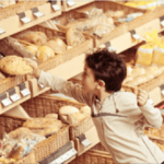 パン屋さんのパンを鷲掴みした我が子…周囲も固まる中、両親の対応が躾の見本だと称賛…