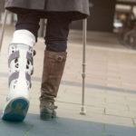 骨折し松葉杖をついていた女性…電車で足を踏まれた直後、忘れられない体験をする…