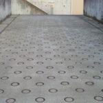 コンクリートの「○」模様の作り方…職人の地道な作業で作られていた…