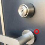 帰宅すると自宅のドアに謎の小さな穴が…その理由を知って戦慄する…