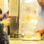 「中華そば、中盛で!」ラーメンが到着し食べていると、店員が「すみません」