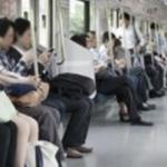電車の中で泣きながら書き物をしているスーツ姿の女性…ノートを覗き込んでみると…
