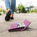 銀行のカードが入った財布を落とした女性…巧妙な手口により全額引き落とされる…