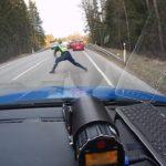 警察が行う暴走する逃走車を停める方法…勇気溢れる華麗なテクニックが話題に…